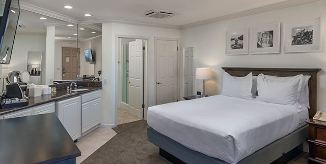 Queen Room in Saratoga Oaks Lodge