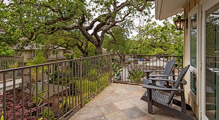 Relaxed Ambiance Surrounded by Oak Trees at Saratoga Oaks Lodge
